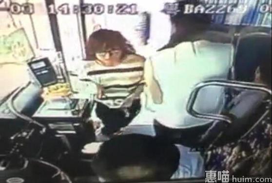 公交司机惨遭女子割脖 女子挥刀只因被溅一身水