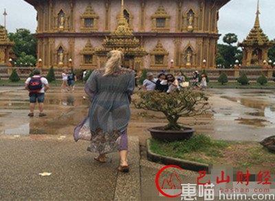 女子透视装逛寺庙