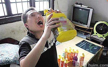 """张玥举起一大瓶洗洁精""""喝"""" 网络图"""