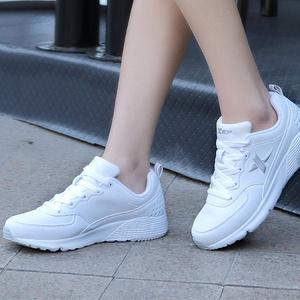 特步 女透气皮面休闲运动鞋